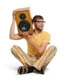 Jeune homme frais avec le haut-parleur en bois Image stock