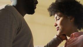 Jeune homme frottant le visage d'amie, unité sensuelle de proximité de relation d'amour banque de vidéos