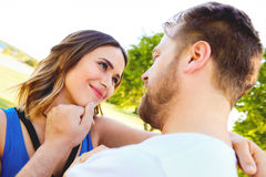 Jeune homme frottant le visage de son amie heureuse Photo stock