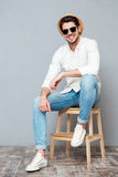Jeune homme gai dans des lunettes de soleil se reposant et souriant Photos libres de droits