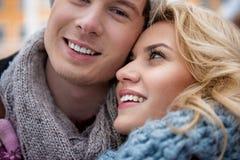 Jeune homme gai et femme collant entre eux photographie stock