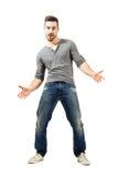 Jeune homme gai heureux avec les bras ouverts de diffusion Photographie stock libre de droits
