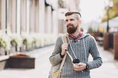 Jeune homme gai portant les vêtements chauds marchant dehors photos libres de droits