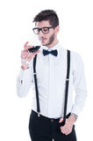 Jeune homme goûtant le vin rouge D'isolement sur le fond blanc Image libre de droits