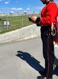 Jeune homme habillé en tant que garnison militaire britannique photos libres de droits