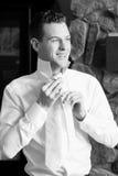 Jeune homme habillant le sourire formel photo libre de droits
