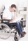 Jeune homme handicapé au travail Photos libres de droits