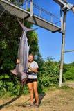 Jeune homme heureux à côté de merlin attrapé Photos stock