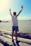 Jeune homme heureux au bord de la mer image libre de droits