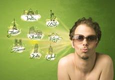 Jeune homme heureux avec des lunettes de soleil voyageant aux villes autour de W Photo stock