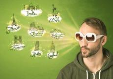 Jeune homme heureux avec des lunettes de soleil voyageant aux villes autour de W Photos stock