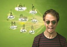 Jeune homme heureux avec des lunettes de soleil voyageant aux villes autour de W Images stock