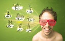 Jeune homme heureux avec des lunettes de soleil voyageant aux villes autour de W Photographie stock libre de droits