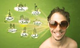 Jeune homme heureux avec des lunettes de soleil voyageant aux villes autour de W Photo libre de droits