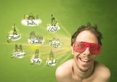 Jeune homme heureux avec des lunettes de soleil voyageant aux villes autour de W Image stock