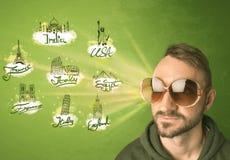 Jeune homme heureux avec des lunettes de soleil voyageant aux villes autour de W Images libres de droits