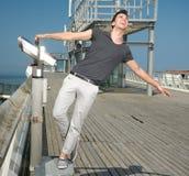 Jeune homme heureux avec la diffusion de bras Photographie stock libre de droits