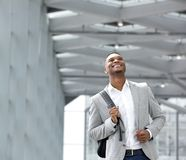 Jeune homme heureux avec le sac à l'aéroport Photographie stock