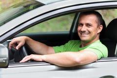 Jeune homme heureux avec le véhicule neuf Image stock
