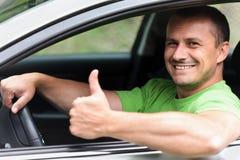 Jeune homme heureux avec le véhicule neuf Images stock
