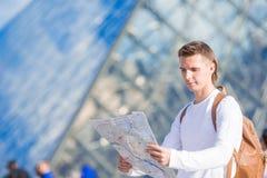 Jeune homme heureux avec une carte de ville dans la ville européenne Photo libre de droits