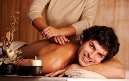 Jeune homme heureux bel sur le massage Photographie stock libre de droits