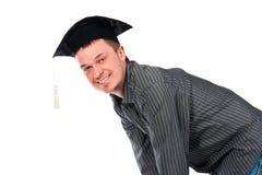 Jeune homme heureux dans le capuchon de graduation Photographie stock