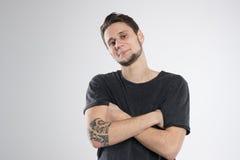 Jeune homme heureux dans le studio d'isolement par chemise noire Photographie stock