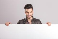 Jeune homme heureux de mode souriant à l'appareil-photo Image libre de droits