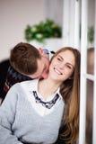 Jeune homme heureux embrassant son amie dans le cou Photo stock