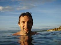 Jeune homme heureux en mer Photographie stock libre de droits