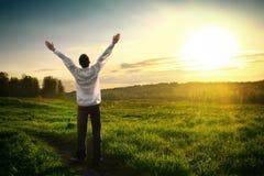 Jeune homme heureux extérieur photos libres de droits