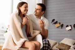 Jeune homme heureux faisant une proposition de mariage Images stock