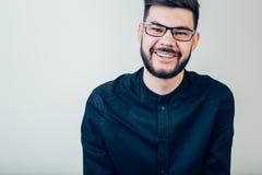 Jeune homme heureux Portrait de jeune homme beau maintenant des bras croisés et sourire photographie stock libre de droits
