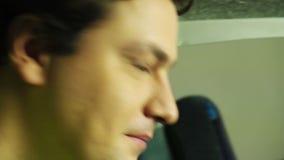 Jeune homme heureux regardant admiratif par le verre le bébé nouveau-né, émotions clips vidéos