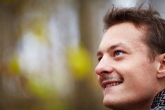 Jeune homme heureux regardant vers le haut le copyspace Photos libres de droits