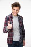 Jeune homme heureux se tenant avec le pouce  Photographie stock libre de droits