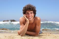 Jeune homme heureux sur la plage Image stock