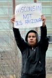 Jeune homme hispanique à une protestation d'immigration dans le Wisconsin Photos libres de droits