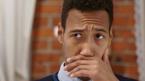 Jeune homme inconfortable par l'odeur, le mauvais de puanteurs, odeur répugnante clips vidéos