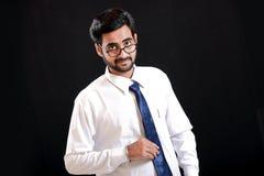 Jeune homme indien sur des lunettes photos stock