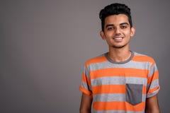 Jeune homme indien sur le fond gris photo libre de droits