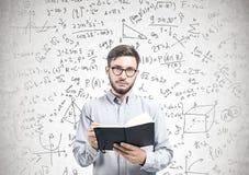 Jeune homme intelligent avec un planificateur, formule Photographie stock libre de droits
