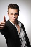 Jeune homme intelligent faisant le geste de réussite Photographie stock
