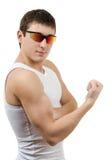 Jeune homme intense dans un T-shirt blanc avec le sunglasse image libre de droits