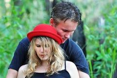 Jeune homme intime et femme de portrait se jugeant étroit Image libre de droits