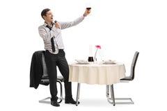 Jeune homme ivre chantant dans un restaurant images libres de droits
