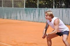 Jeune homme jouant au tennis Photos libres de droits