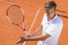 Jeune homme jouant au tennis Photo libre de droits
