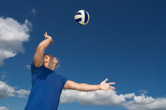 Jeune homme jouant au volleyball Image stock